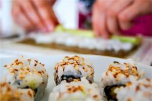 Préparation de makis et sushis