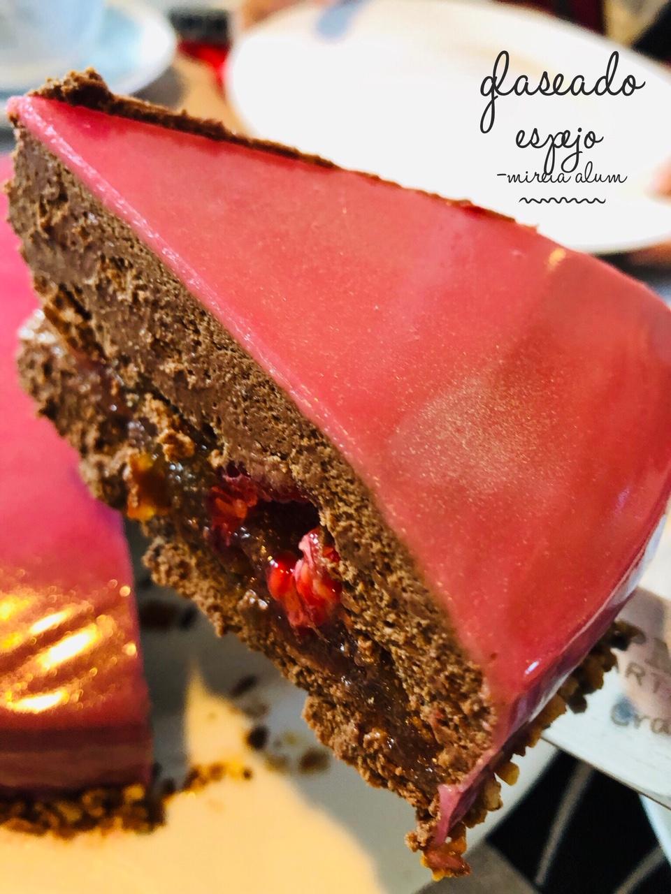 tarta de mousse de chocolate negro con glaseado espejo