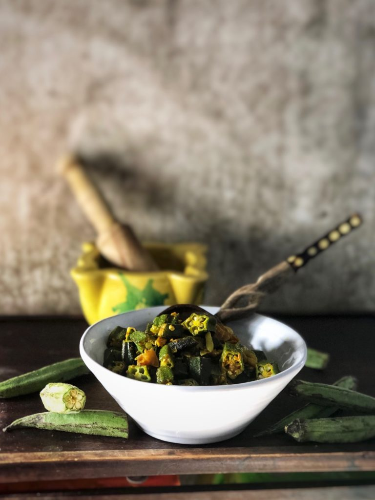 salteado de okra con especias al estilo hindú