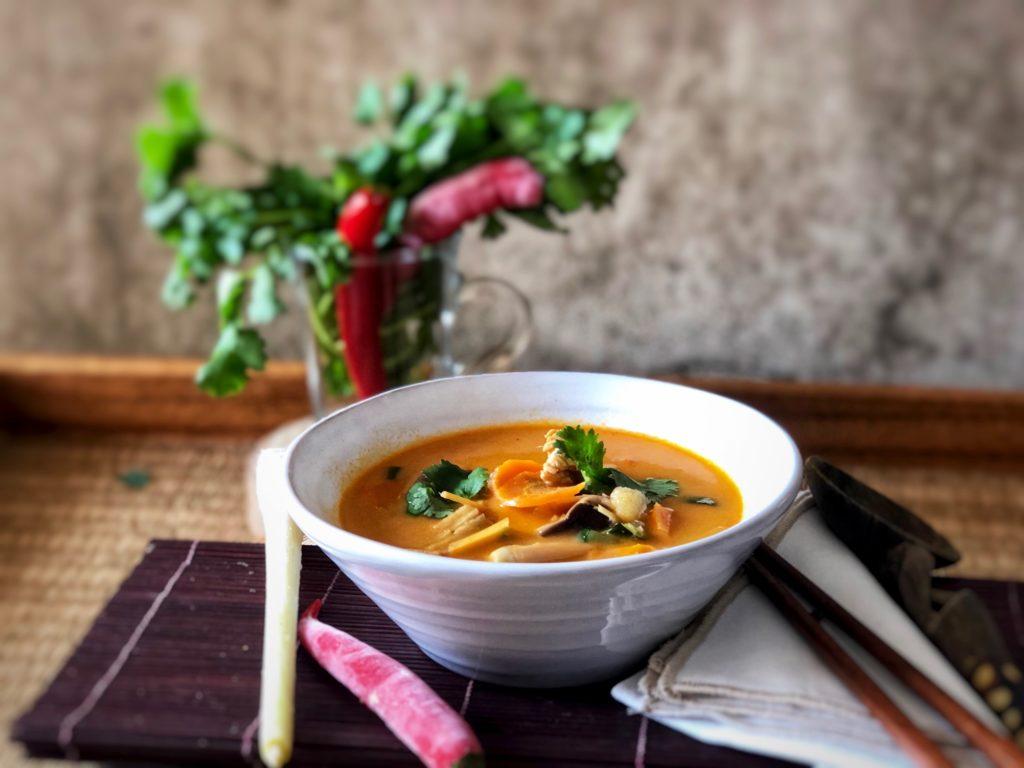 sopa estilo tailandés con pollo y verduras