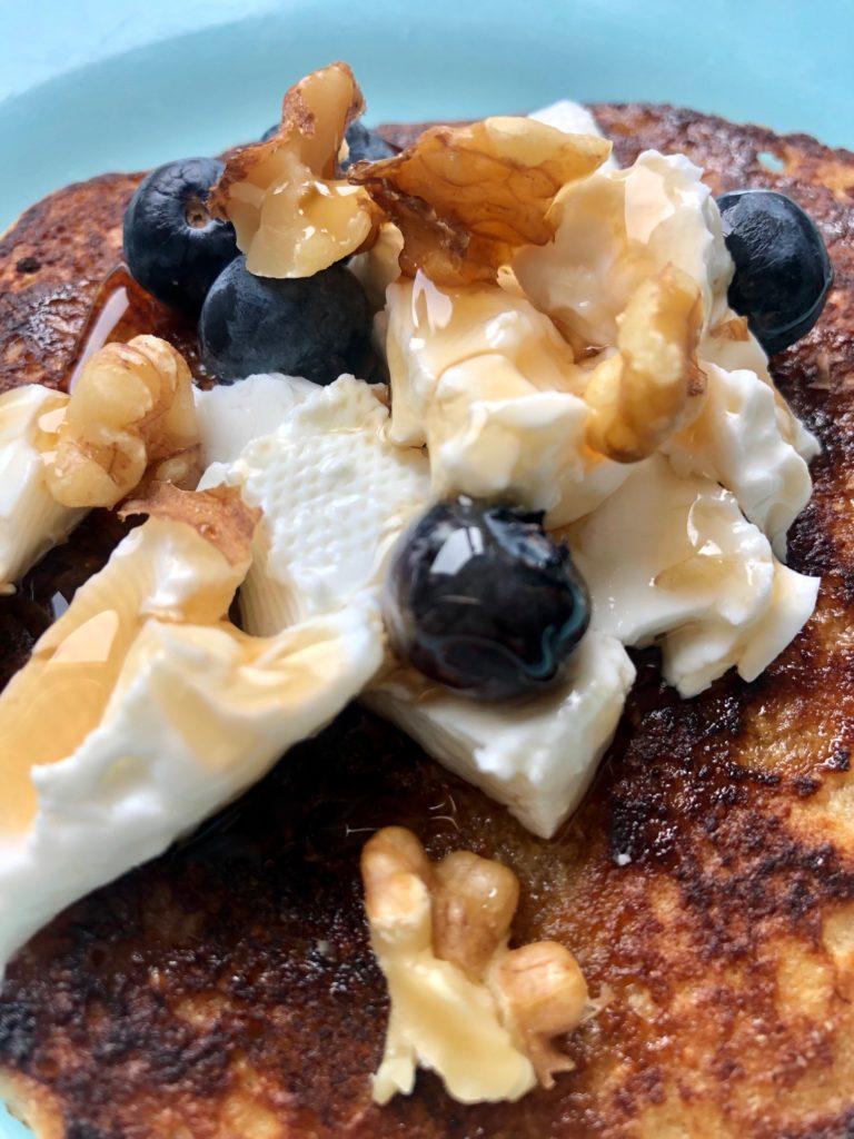 Tortitas de copos de avena integrales con nueces queso fresco y arándanos