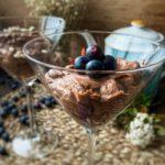 Mousse de chocolate casero con bayas de goji y arándanos