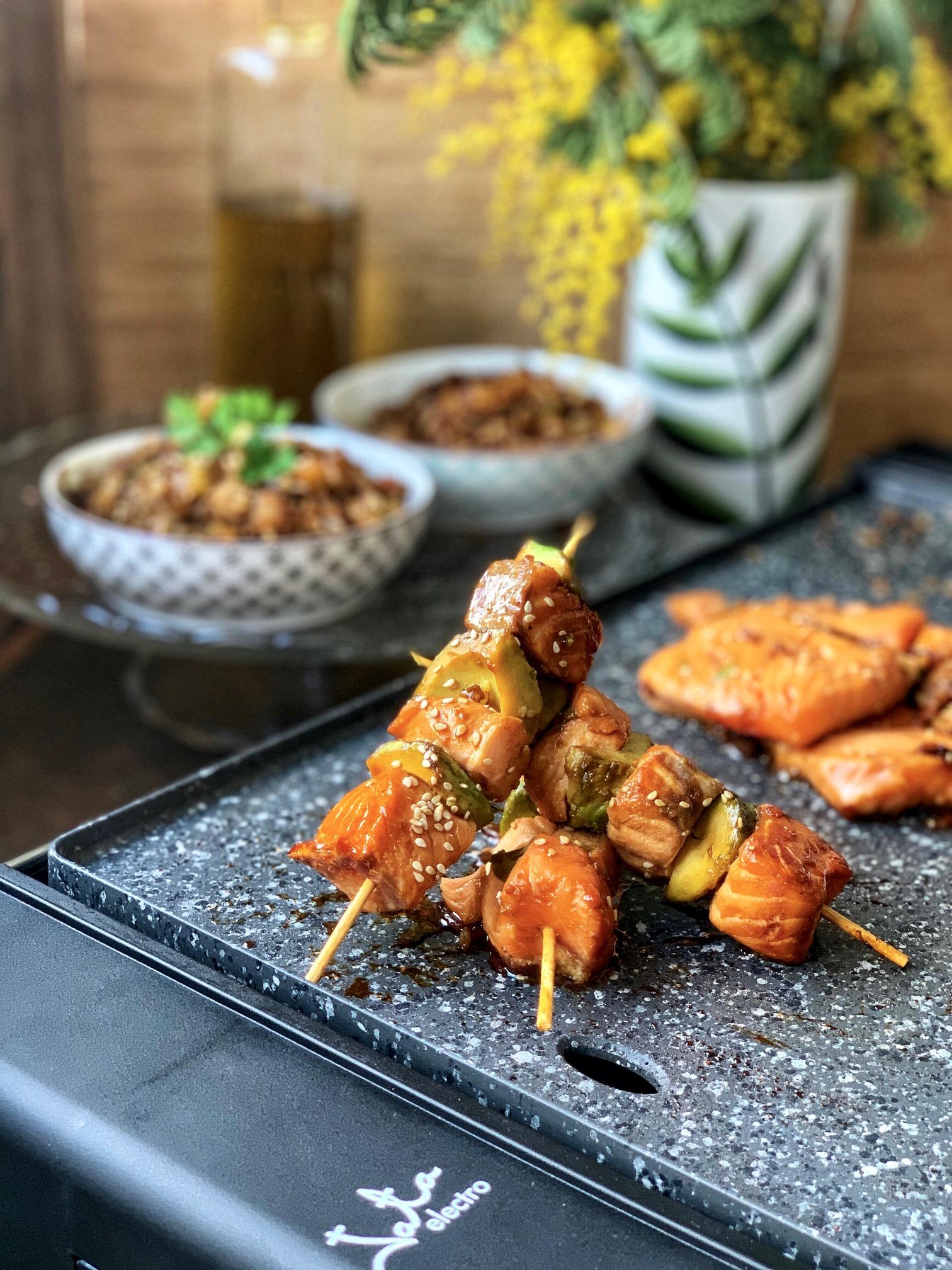 Brochetas de salmón y aguacate con arroz salvaje y verduras