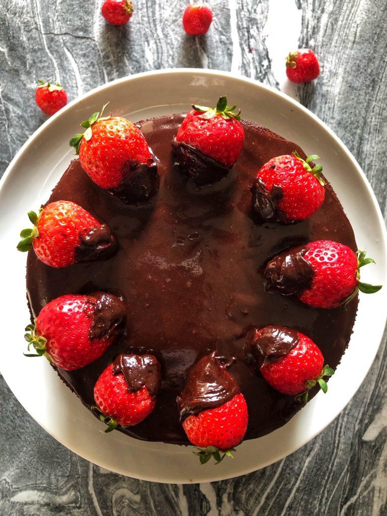 tarta tres pisos de chocolate y fresas