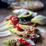 Endivias con ensalada de lentejas, salmón y aguacate