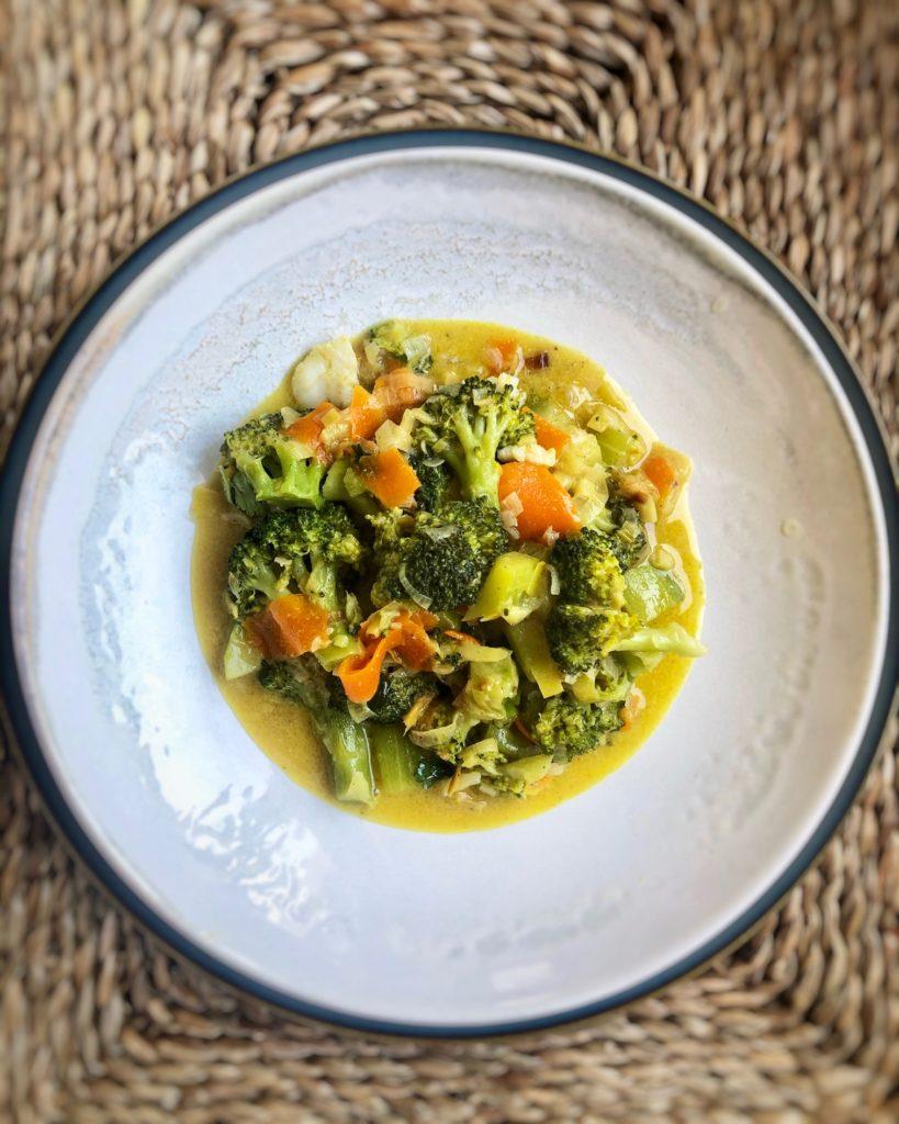 Hoy toca receta de aprovechamiento, unas verduras variadas al curry rescatadas de mi nevera, ¡antes de que se pongan malas!