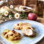 pechugas de pavo en escabeche con ciruelas, cebolla y manzana