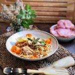 Pad thai con pavo y verduras en wok