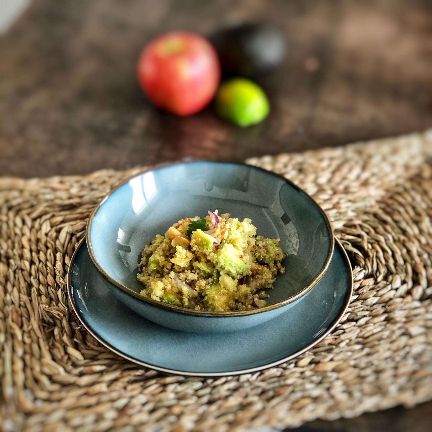 ensalada de quinoa con manzana, aguacate y nueces